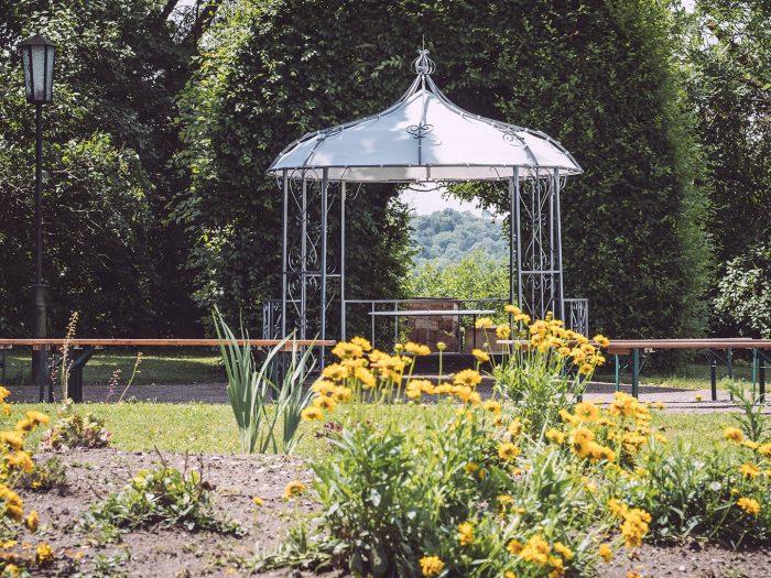 Blumen und Pavillon in Burgscheidungen (Burgenlandkreis, Sachsen-Anhalt)
