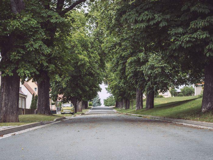 Straße mit Trabant in Burgscheidungen (Burgenlandkreis, Sachsen-Anhalt)