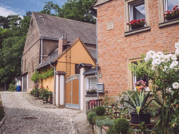 Gasse und Häuser in Burgscheidungen (Burgenlandkreis, Sachsen-Anhalt)