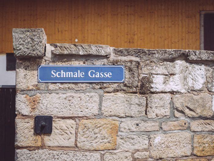 Schmale Gasse in Kirchscheidungen (Burgenlandkreis, Sachsen-Anhalt)