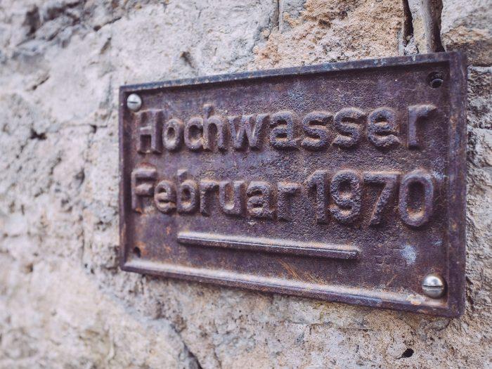 Hochwasserschild in Mainsondheim (Dettelbach, Bayern)