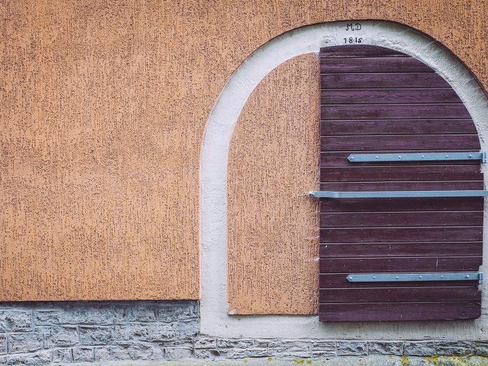 Wand mit Holztor in Mainsondheim (Dettelbach, Bayern)