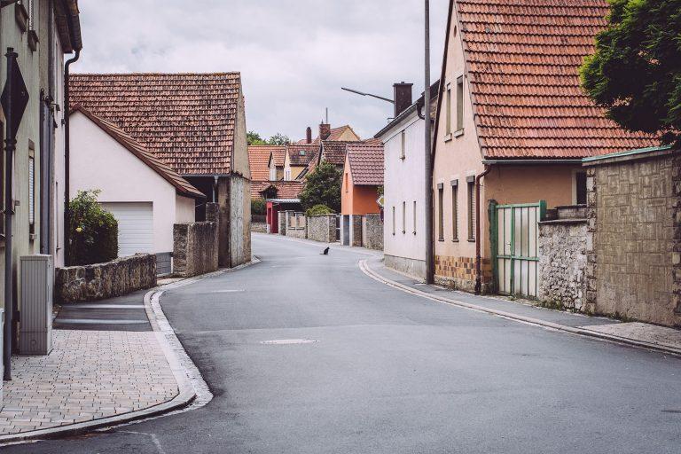Katze auf Straße in Mainsondheim (Dettelbach, Bayern)