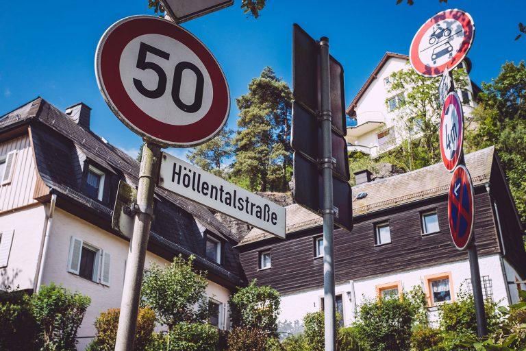 Straßenschilder in Hölle (Naila, Bayern)