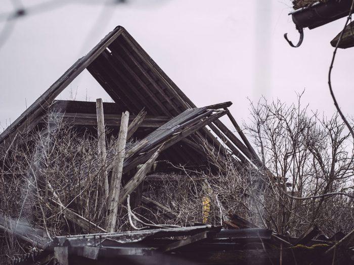 Eingefallenes Dach in Bärenrode (Güntersberge, Harz, Sachsen-Anhalt)