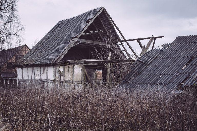 Kaputtes Dach in Bärenrode (Güntersberge, Harz, Sachsen-Anhalt)