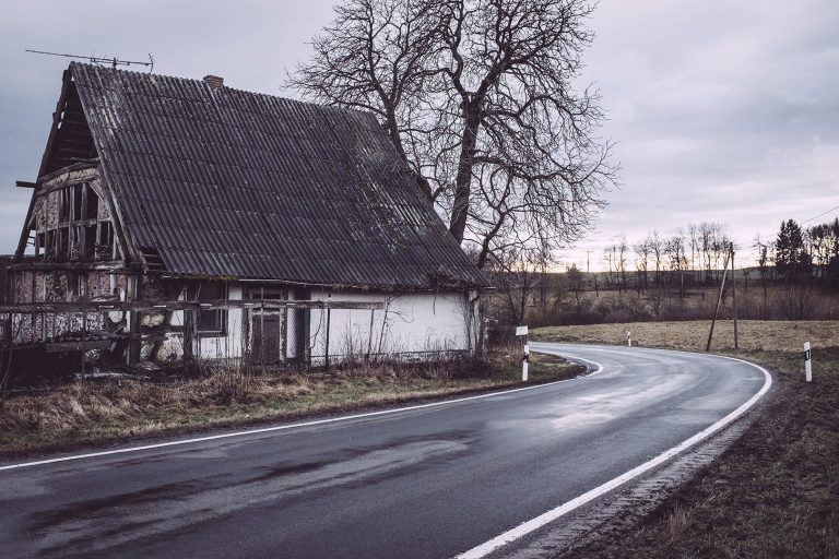 Straßenkurve in Bärenrode (Güntersberge, Harz, Sachsen-Anhalt)