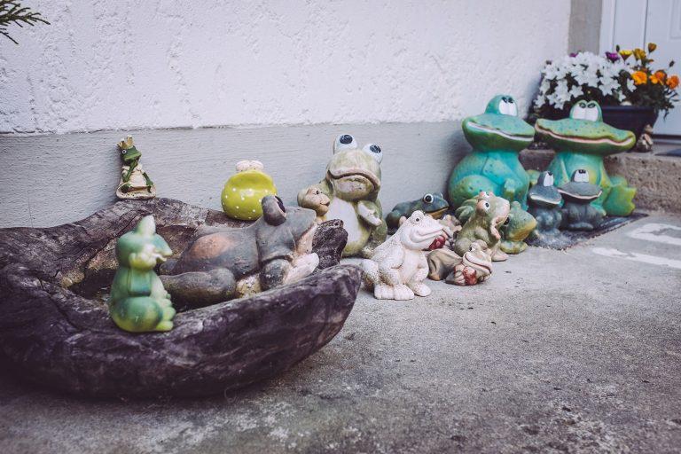 Froschfiguren in Drüber (Northeim, Niedersachsen)