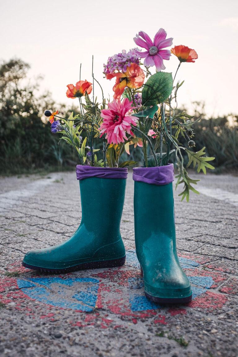 Gummistiefel mit Blumen auf Langeoog (Wittmund, Niedersachsen)
